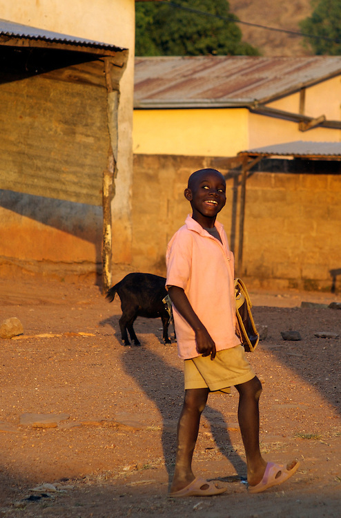 Natitingou November 2006 - Child on his way to school in Natitingou, Benin © Jean-Michel Clajot