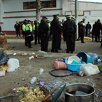 SAN ANTONIO LA ISLA, México.- Cientos de granaderos de la Agencia de Seguridad estatal (ASE) tomaron esta madrugada el control del relleno sanitario que se encontraba resguardado por habitantes que se oponen a su operacion por el costo sanitario al comunidad, durante el operativo hubo tres personas detenidas y consignadas a la procuraduria de justicia. Agencia MVT / Jose Hernandez. (DIGITAL)