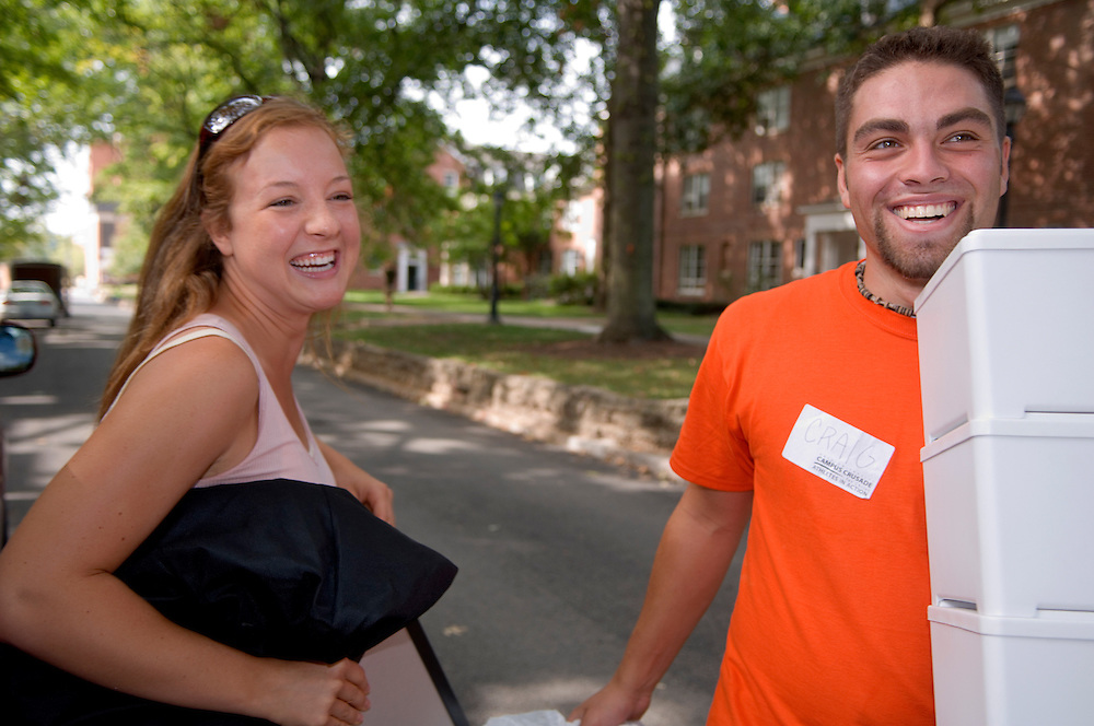 18351Freshman Move in ..Jeanna Packard and Craig Byer