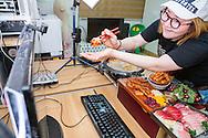 MUKBANG - KOREA<br /> Seo Yoon Ahn visar sina online fans maten som hon ska &auml;ta. Att &auml;ta framf&ouml;r en web cam och samtidigt kommunicera med tittarna i realtid kallas mukbang. Seoul, Korea