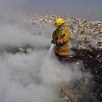 Mexicaltzingo, Méx.- Bomberos del valle de Toluca cumplieron mas de 18 horas tratando de controlar el incendio en el basurero municipal de Mexicaltzingo el cual dio inicio la noche de ayer y ha calcinado mas de una hectarea. Agencia MVT / Mario Vazquez de la Torre. (DIGITAL)<br /> <br /> NO ARCHIVAR - NO ARCHIVE