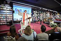Noordwijk , 10 januari 2016 - Ds. Janneke Nijboer tijdens een korte dienst in boekhandel Van der Meer in Noordwijk, waar opening van nieuw pand wordt opgeluisterd met kerkdienst.<br /> Foto: Phil Nijhuis
