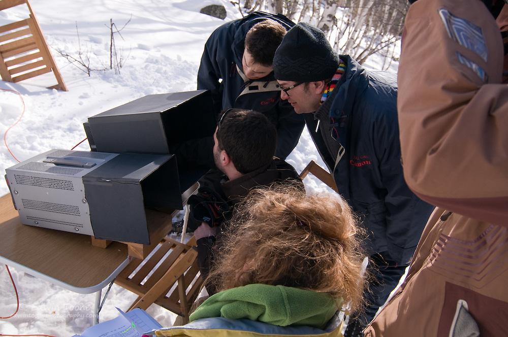 The director, Ferran Audi, reviews the last shot.