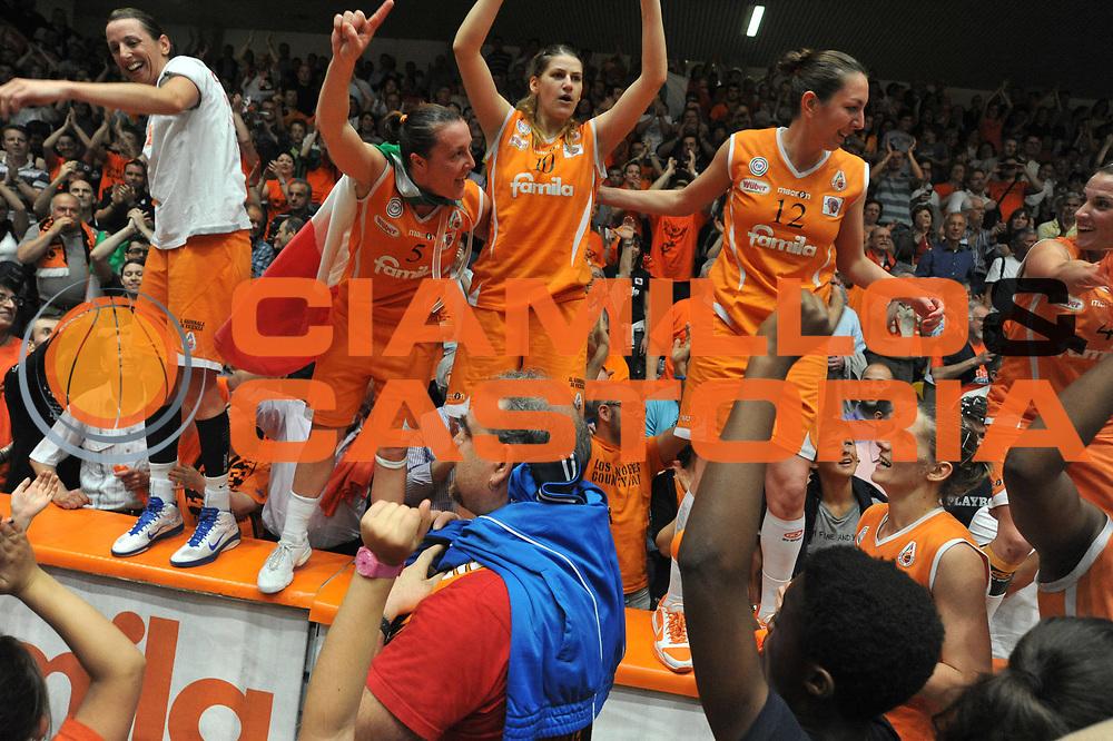 DESCRIZIONE : Schio LBF Playoff Finale Gara 5 Famila Wuber Schio Cras Basket Taranto<br /> GIOCATORE : Team Famila Schio<br /> SQUADRA : Famila Wuber Schio Cras Basket Taranto<br /> EVENTO : Campionato Lega Basket Femminile A1 2010-2011<br /> GARA : Famila Wuber Schio Cras Basket Taranto<br /> DATA : 11/05/2011 <br /> CATEGORIA : Esultanza<br /> SPORT : Pallacanestro <br /> AUTORE : Agenzia Ciamillo-Castoria/M.Gregolin<br /> Galleria : Lega Basket Femminile 2010-2011<br /> Fotonotizia : Schio LBF Playoff Finale Gara 5 Famila Wuber Schio Cras Basket Taranto<br /> Predefinita :