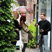 NLD/Laren/20080517 - Leontien Borsato en vriendin wandelend in Laren