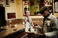 Frankrig valg reportage, Marseille, På havnebaren i Marseille viser mangfoldigheden i Marseilles befolkning, her drikker næsten alle Parstis