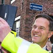 NLD/Naarden/20180330 - Matthaus Passion in de grote kerk van Naarden 2018, Mark Rutte maakt een selfie met een verkeersbegeleider