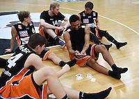 Basketball  1. Bundesliga  2015/2016   Hauptrunde 22. Spieltag  13.02.2016 Walter Tigers Tuebingen -  ratiopharm Ulm Pierra Henry (re, Ulm) und David Kraemer (li) spieler Karten nach dem Spiel