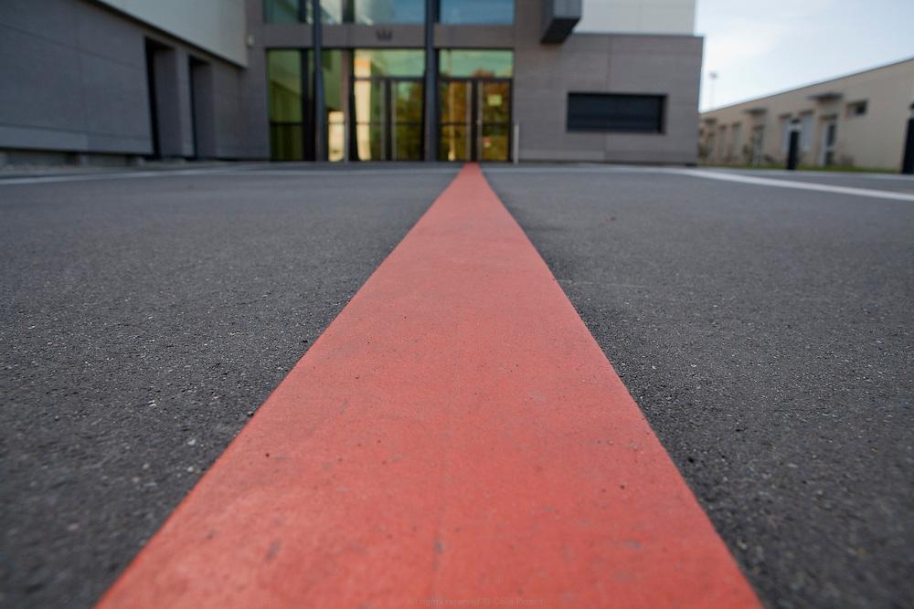 La ligne orange, projet de Céline Ahond réalisé au titre du 1% artistique dans le cadre de la rénovation du collège Pierre de Ronsard à Mer en 2013.