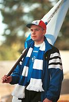 Dinamo Moskva-supporter med skjerf og flagg. Lillestrøm - Dinamo Moskva 3-1. 14. september 2000. UEFA-cup 2000.  (Foto: Peter Tubaas/Fortuna Media)