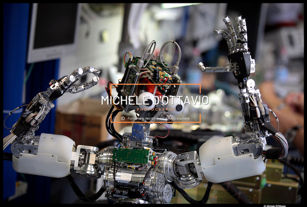 Istituto Italiano di Tecnologia di Genova,.. nella foto il dipartimento di Robotica - officina elettronica,..è la zona dove si assemblano i robot e si costruiscono tutte le loro parti elettroniche