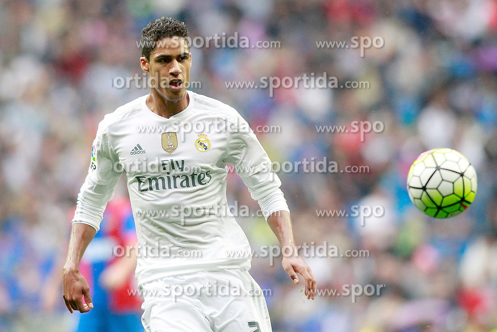 17.10.2015, Estadio Santiago Bernabeu, Madrid, ESP, Primera Division, Real Madrid vs Levante UD, 8. Runde, im Bild Real Madrid's Raphael Varane // during the Spanish Primera Division 8th round match between Real Madrid and Levante UD at the Estadio Santiago Bernabeu in Madrid, Spain on 2015/10/17. EXPA Pictures &copy; 2015, PhotoCredit: EXPA/ Alterphotos/ Acero<br /> <br /> *****ATTENTION - OUT of ESP, SUI*****