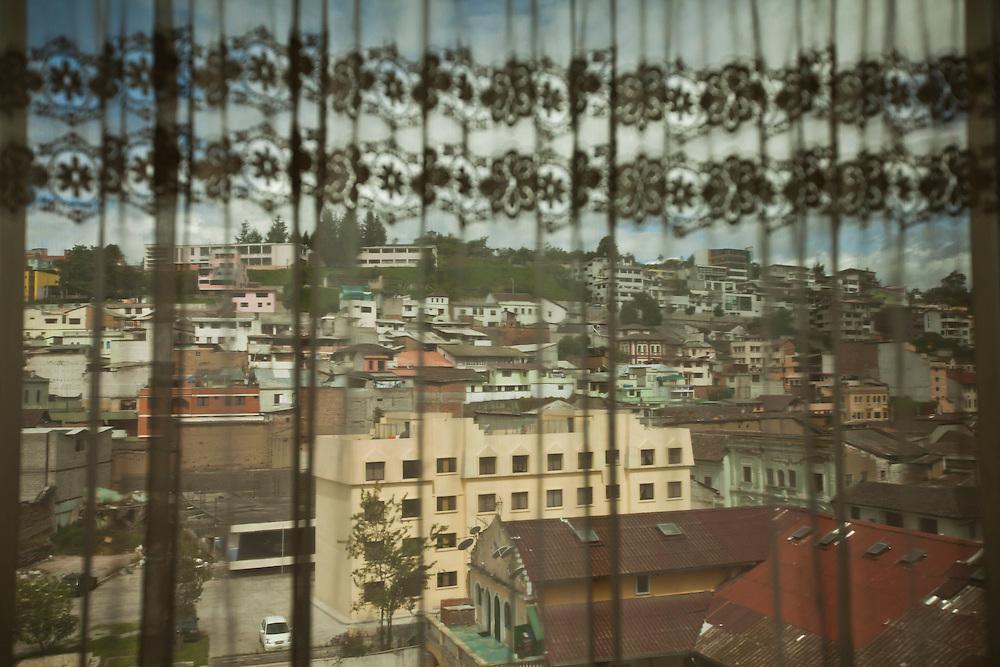 Abogados de ciudad<br /> En Quito-Ecuador los Abogados ocupan edificios construidos en los a&ntilde;os 70s, sus oficinas siguen representando esas &eacute;pocas. Los edificios Benalcazar 1000 y CCQuito son los m&aacute;s representativos. Su cercan&iacute;a a los juzgados los hizo perfectos para los Abogados que han desarrolado sus largas carreras en sus oficinas que poco han cambiado en el tiempo.<br /> <br /> En la foto, el centro de Quito desde la ventana de una oficina del edificio CCQuito.