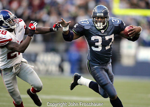 Seattle Seahawks' Shaun Alexander runs around New York Giants' Gibril Wilson in Seattle Sunday, Nov. 27, 2005. (Photo/John Froschauer)
