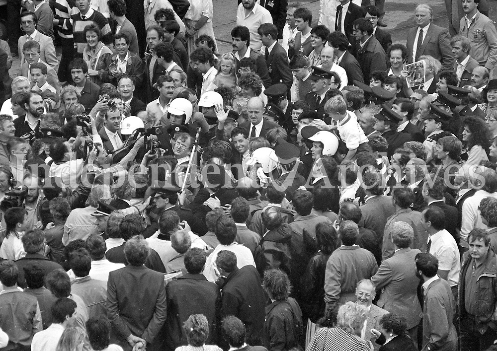 The Massive Crowd waiting to greet Tour de France winner Stephen Roche on his return from France at Dublin Airport, 26/07/1987 (Part of the Independent Newspapers Ireland/NLI Collection).