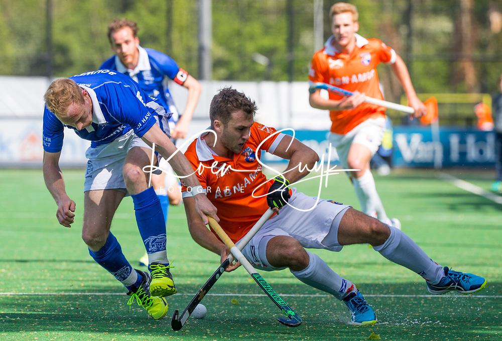BLOEMENDAAL  -   Manu Stockbroekx (Bloemendaal) met Erik Bouwens (Kampong)  tijdens  de play offs heren hoofdklasse Bloemendaal-Kampong (0-2) . Kampong plaatst zich voor de finale.   COPYRIGHT KOEN SUYK