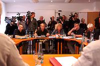 """04 JUL 2004, BERLIN/GERMANY:<br /> Klaus Ernst (Sprecher), 1. Bevollmaechtigter IG Metall Schweinfurt, Thomas Haendel (Sprecher) 1. Bevollmaechtigter IG Metall Fuerth, Sabine Loesing (Sprecherin) Mitglied des Attac-Rates, Axel Troost (Sprecher), Geschaeftsfuehrer Memorandum Gruppe - AG Altnernative Wirtschaftspolitik, Helge Meves, ehem. Sprecher des Internet-Wahlkreises der PDS, (v.L.n.R.) , Sitzung des Bundesvorstands des Vereins """"Wahlalternative Arbeit & soziale Gerechtigkeit"""" nach dessen Gruendung und Wahl des Vorstandes, Dietrich-Bonhoefer-Haus<br /> IMAGE: 20040704-01-007<br /> KEYWORDS: Gründung, Thomas Händel, Sabine Lösing"""