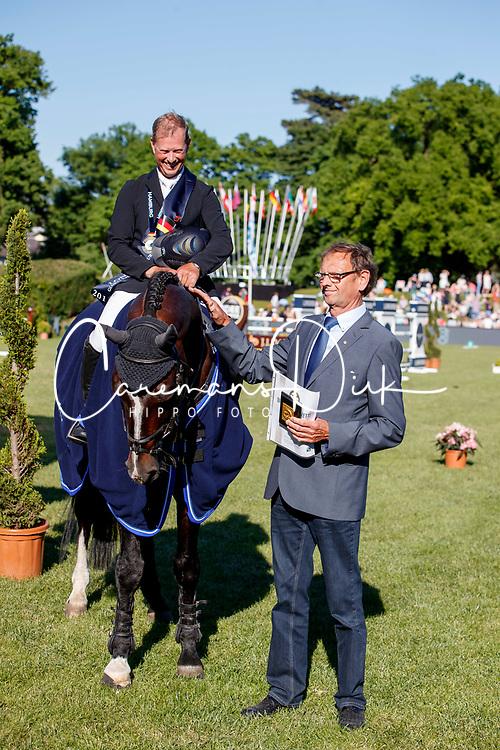 Farewell Casall Ask, Bengtsson Rolf Goran, SWE, breeder, Thomann Wilfried <br /> Deutsches Spring- und Dressur Derby Hamburg 2017<br /> © Hippo Foto - Stefan Lafrentz<br /> 27/05/17