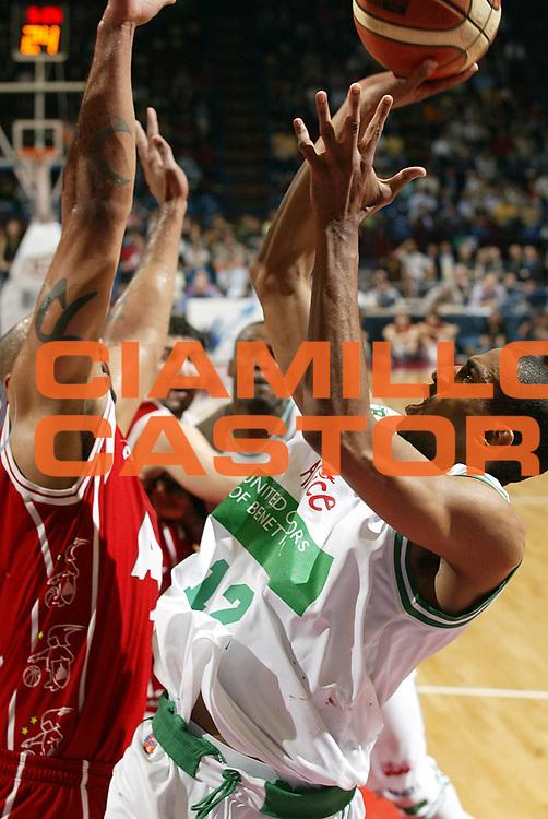 DESCRIZIONE : Milano Lega A1 2005-06 Play Off Quarti Finale Gara 4 Armani Jeans Olimpia Milano Benetton Treviso <br /> GIOCATORE : Nicholas<br /> SQUADRA : Benetton Treviso <br /> EVENTO : Campionato Lega A1 2005-2006 Play Off Quarti Finale Gara 4 <br /> GARA : Armani Jeans Olimpia Milano Benetton Treviso <br /> DATA : 25/05/2006 <br /> CATEGORIA : Tiro<br /> SPORT : Pallacanestro <br /> AUTORE : Agenzia Ciamillo-Castoria/G.Cottini