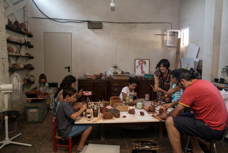 /EN/ Children from the neighbourghood at the ceramic workshop organized by one of the mothers of the Carrer Julia street. /ES/ Unos niños del barrio en el taller de cerámica organizado por una de las madres de la calle Julia.