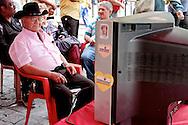 INFORMAÇÕES DE CHÁVES - CARACAS -  03/01/2013 .INTERNACIONAL -  Simpatizantes do presidente Hugo Cháves se reúnem na Praça Bolívar, centro de Caracas, em frente à uma TV que transmite o canal de noticias venezuelano, TeleSur , à espera de novas noticias da saúde no presidente. Hugo Cháves, que foi operado em Cuba em dezembro último em decorrência de um câncer e tem enfrentado um pós-operatório difícil.  FOTO: DANIEL GUIMARÃES/FRAME