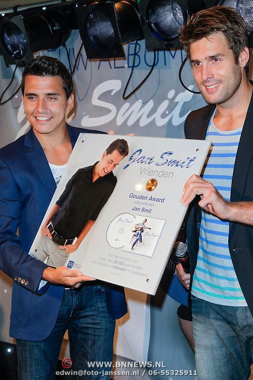 """NLD/Volendam/20120809 - CD presentatie en Gouden Plaaat Jan Smit """" Vrienden"""", Jan en Nick Schilder"""