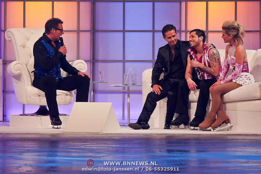 NLD/Hilversum/20110211 - 3de Liveshow SBS Sterren Dansen op het IJs 2011, presentator Gerard Joling samen met Danny de Munk, Jody Bernal en schaatspartner Kirsten Treni