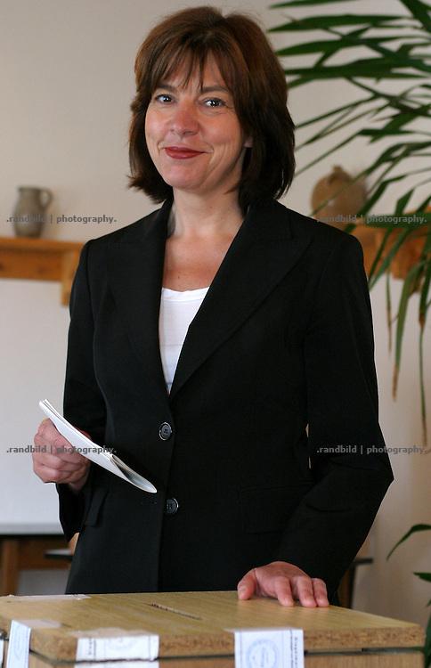 In ihrem Wahllokal im niedersächsischen Waddeweitz gab Rebecca Harms am Vormittag ihre Stimme zur Europawahl ab. Die derzeitige Fraktionsvorsitzende der niedersächsischen Landtagsfraktion der Grünen kandidiert als Spitzenkandidatin ihrer Partei für das Europäische Parlament.