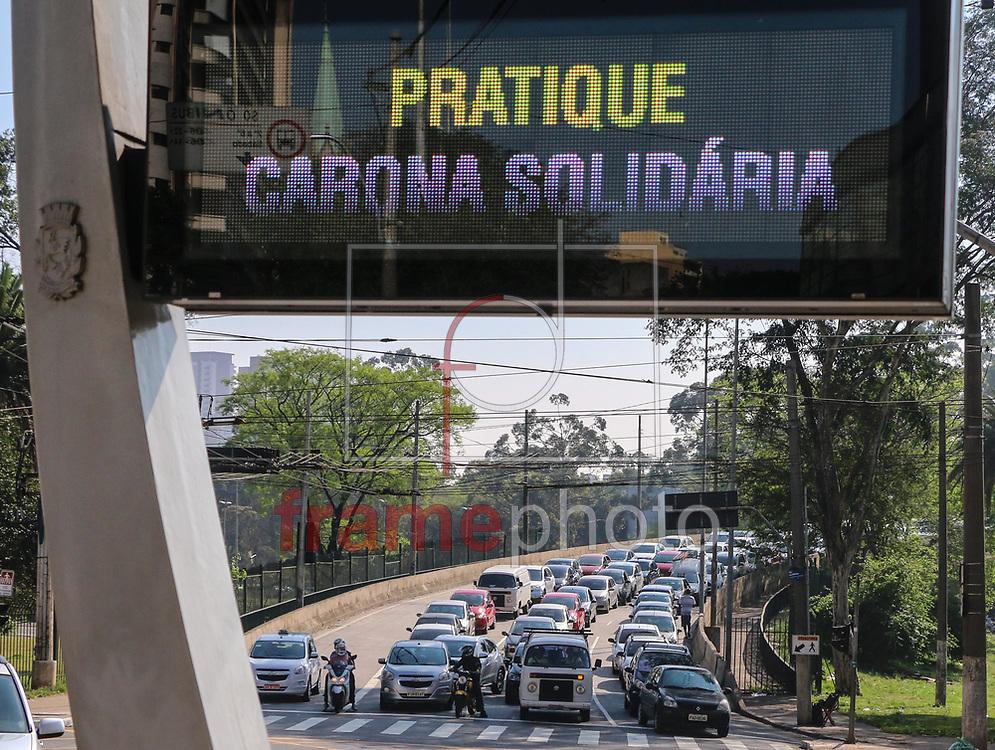 """DIA MUNDIAL SEM CARRO – SÃO PAULO - 20/09/2015 - Termômetro de rua com a frase """"Pratique carona solidária"""" na Avenida Rangel Pestana, no Centro de São Paulo, na véspera do Dia Mundial Sem Carro, que ocorre amanhã. FOTO: MARCELO S. CAMARGO/FRAME"""