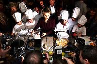 """03 FEB 2005, BERLIN/GERMANY:<br /> Renate Kuenast, B90/Gruene, Bundesministerin fuer Verbraucherschutz und Landwirtschaft, kocht mit Kindern der Werbellinsee-Gundschule unter dem Motto """"Bio-Kochen"""", Werbellinsee-Gundschule<br /> IMAGE: 20050203-01-017<br /> KEYWORDS: Renate Künast, Kids, Kind, kochen, Kueche, Küche, Herd, gesund, Kochtopf, Fotografen , Kamera, Camera"""