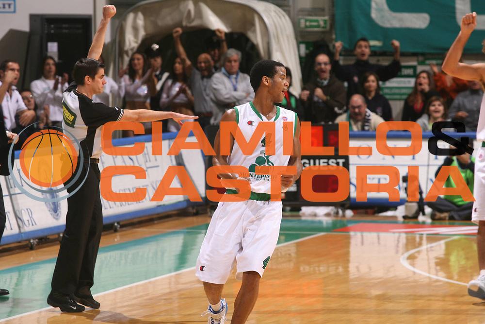 DESCRIZIONE : Siena Lega A1 2006-07 Montepaschi Siena Lottomatica Virtus Roma <br /> GIOCATORE : Forte <br /> SQUADRA : Montepaschi Siena <br /> EVENTO : Campionato Lega A1 2006-2007 <br /> GARA : Montepaschi Siena Lottomatica Virtus Roma <br /> DATA : 05/11/2006 <br /> CATEGORIA : Esultanza <br /> SPORT : Pallacanestro <br /> AUTORE : Agenzia Ciamillo-Castoria/G.Ciamillo