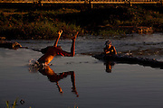 Pirapora_MG, Brasil...Criancas brincando no Rio Sao Francisco em Pirapora...The children playing in the Sao Francisco River in Pirapora...Foto: LEO DRUMOND / NITRO