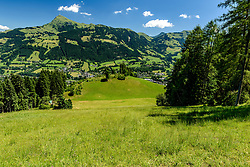 THEMENBILD - Der Blick in den Lärchenschuss mit der anfahrt auf den Oberhausberg und dem Kitzbüheler Horn als Bergpanorama, aufgenommen am 26. Juni 2017, Kitzbühel, Österreich // The view into the Lärchenschuss with the approach to the Oberhausberg and the Kitzbüheler Horn as a mountain panorama at the Streif, Kitzbühel, Austria on 2017/06/26. EXPA Pictures © 2017, PhotoCredit: EXPA/ Stefan Adelsberger