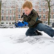 Nederland Rotterdam 21 december 2007 ..Kinderen spelen in de sneeuw op het Noordereiland. Kind bekijkt sneeuw..Foto David Rozing