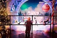 """3 Dicembre 2008. New York, NY. Uno bambino guarda le scenografie di """"Santaland"""" (il paese di Babbo Natale) all'ottavo piano del neozio Macy's, prima di fare visita a Babbo Natale. Ogni anno le strade e i negozi di New York City sfoggiano decorazioni natalizie che attraggono turisti da tutto il mondo.<br /> ©2008 Gianni Cipriano per Io Donna / Corriere della Sera<br /> cell. +1 646 465 2168 (USA)<br /> cell. +1 328 567 7923 (Italy)<br /> gianni@giannicipriano.com<br /> www.giannicipriano.com"""