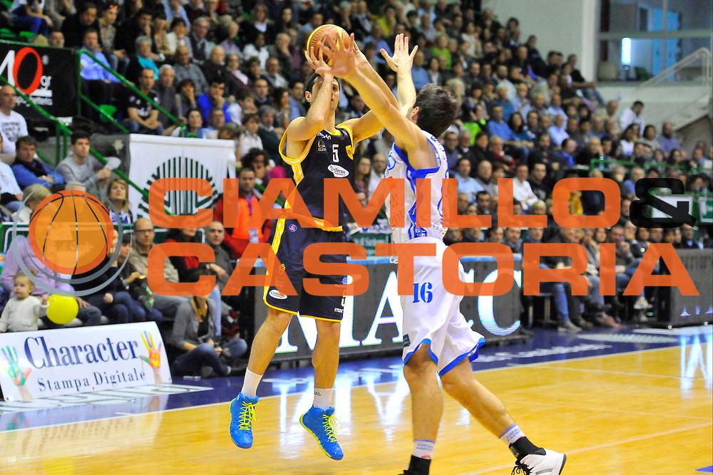 DESCRIZIONE : Campionato 2013/14 Dinamo Banco di Sardegna Sassari - Sutor Montegranaro<br /> GIOCATORE : Daniele Cinciarini<br /> CATEGORIA : Tiro Tre Punti<br /> SQUADRA : Sutor Montegranaro<br /> EVENTO : LegaBasket Serie A Beko 2013/2014<br /> GARA : Dinamo Banco di Sardegna Sassari - Sutor Montegranaro<br /> DATA : 30/03/2014<br /> SPORT : Pallacanestro <br /> AUTORE : Agenzia Ciamillo-Castoria / Luigi Canu<br /> Galleria : LegaBasket Serie A Beko 2013/2014<br /> Fotonotizia : Campionato 2013/14 Dinamo Banco di Sardegna Sassari - Sutor Montegranaro<br /> Predefinita :