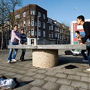 Nederland Rotterdam 6 november 2008 20081106 Foto: David Rozing .Jongeren spelen een potje tafeltennis op speelpleintje in het Oude / Nieuwe Westen ( pleintje ligt tussen Beukelsdijk, Werkhoefstraat en diergaardetunnel in ) .Het Nieuwe Westen één van de meest gevaarlijke ( onveilige ) wijken van Nederland is. Het oude westen .staat ook bekend het onveilig. ..Foto: David Rozing