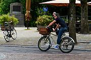 Een man fietst op zijn fatbike door Utrecht.<br /> <br /> A man rides his fat bike at the city center of Utrecht.