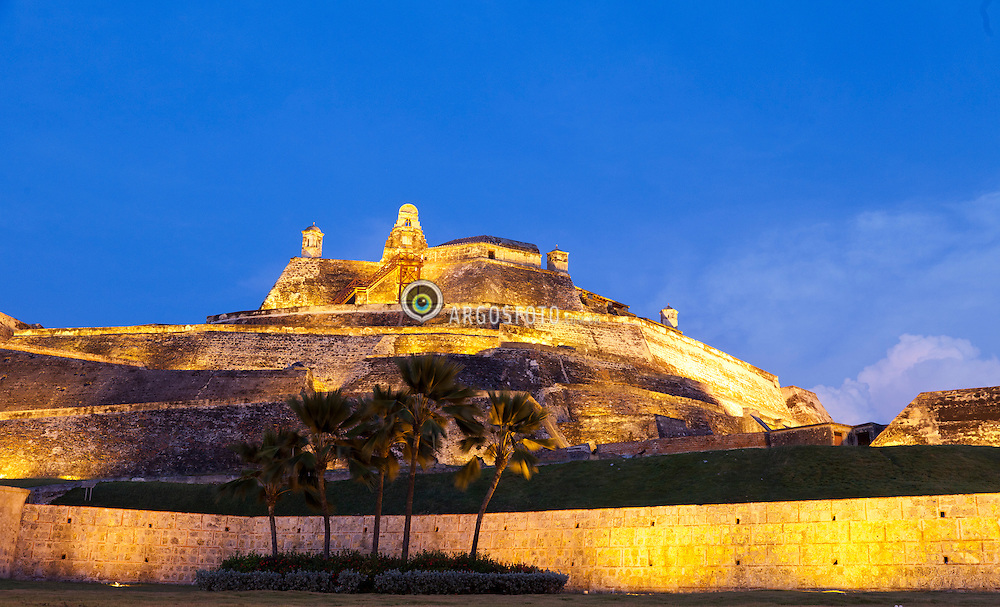 O Castelo de San Felipe de Barajas, eh a maior obra militar espanhola no Novo Mundo, situado em Cartagena das Indias, na Colombia. A fortaleza estrategicamente situada na colina de San Lazaro, comecou a ser construido em 1535, sendo expandido e finalizado em 1657. Em 1984 a Unesco classificou o castelo como Patrimonio Cultural da Humanidade / The Castillo San Felipe de Barajas is a fortress in the city of Cartagena, Colombia. The castle is located on the Hill of San Lazaro in a strategic location, dominating approaches to the city by land or sea. It was built by the Spanish during the colonial era. Construction began in the year 1536, and it was originally known as the Castillo de San Lazaro, It was expanded in 1657. In 1984, UNESCO listed the castle, with the historic centre of the city of Cartagena, as a World Heritage Site.