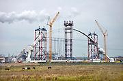 Nederland, Nijmegen, 1-11-2012Hijskranen en hijsinstallaties bij de bouw van de nieuwe stadsbrug, Waalbrug, de Oversteek. Onlangs is de boog op de twee vorken aan de basis gezet.Foto: Flip Franssen/Hollandse Hoogte