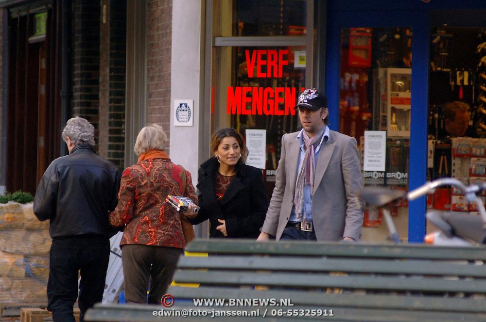 NLD/Amsterdam/20051105 - Ruud de Wild en vriendin Aafke Burggraaff winkelend in Amsterdam