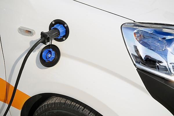 Nederland, Rotterdam, 22-09-2010Ecomobiel, beurs op het gebied van duurzame mobiliteit. Met auto's die rijden op waterstof, aardgas, biogas, en stroom. Auto wordt opgeladen via een stopcontact.Foto: Flip Franssen/Hollandse Hoogte