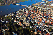 Nederland, Gelderland, Zutphen, 01-20-2011; Oude binnenstad van Zutphen op donderdagse marktdag, marktkramen, markt op de Zaad-, Hout-, en Groenmarkt. Sint Walburgiskerk. De IJssel met de brug (Kanonsdijk) links boven. Hoogwater in de IJssel..Marketday in the old center of the Hansa city of Zutphen. High water in the river IJssel. luchtfoto (toeslag), aerial photo (additional fee required).copyright foto/photo Siebe Swart