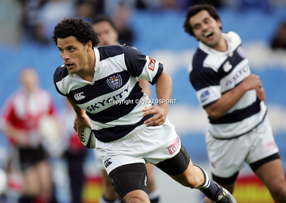 Auckland wing Doug Howlett runs in a try during the Air New Zealand Cup quarter final rugby match between Auckland and Bay of Plenty at Eden Park, Auckland, on Saturday 7 October 2006. Auckland won the match 46-14. Photo: Andrew Cornaga/PHOTOSPORT<br />