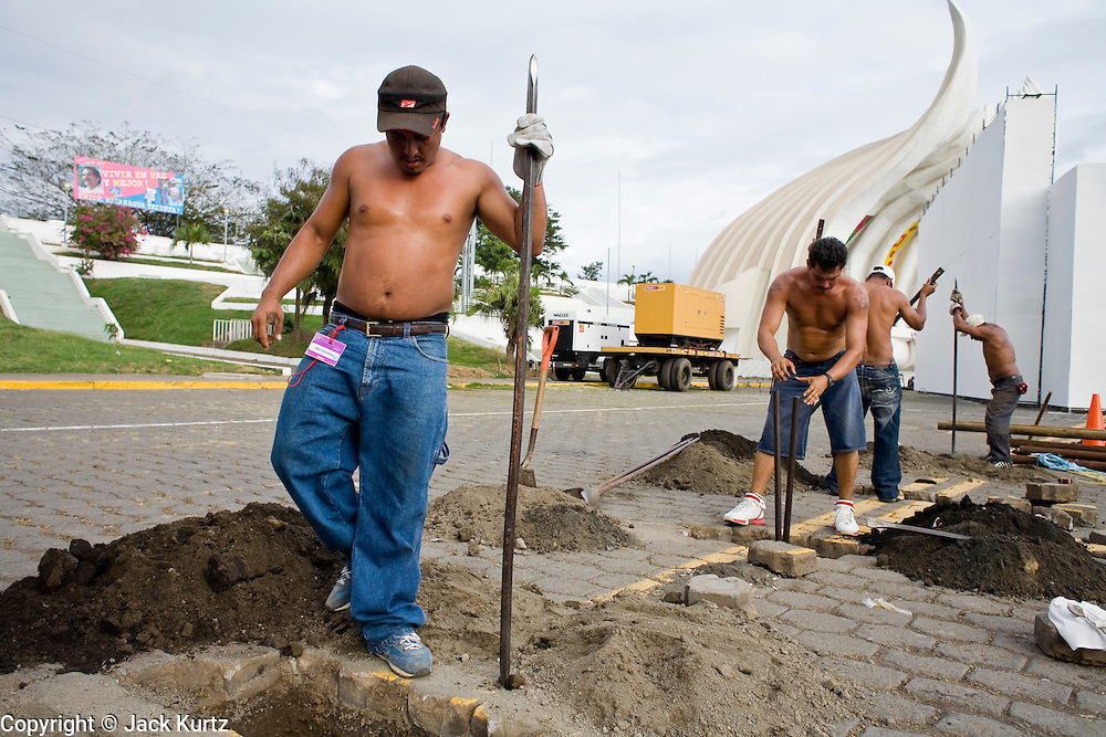 07 JANUARY 2007 - MANAGUA, NICARAGUA: Municipal workers in Managua, Nicaragua, do road repair work. Managua is the capital of Nicaragua, one of the poorest countries in the Americas.  PHOTO BY JACK KURTZ