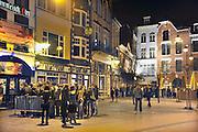 Nederland, Nijmegen, 29-1-2011Uitgaan in de Molenstraat met gesloten Kooistra cafes.Normaal  is het hier vol met uitgaanspubliek, maar de gesloten cafe s liggen naast elkaar en vormen een stille leegte in het uitgaansgebied. Bij de andere zaken staat een rij wachtenden voor de deur.Foto: Flip Franssen Editie Nijmegen
