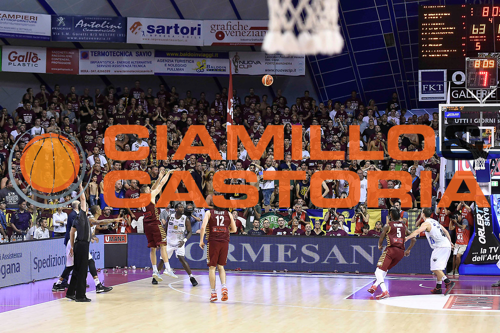 ultimo tiro Michael Bramos<br /> Umana Reyer Venezia - Dolomiti Energia Trento<br /> Lega Basket serie A 2016 / 201<br /> playoff finale gara 5<br /> venezia, 18/06/2017<br /> foto ciamillo