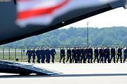 Zes dagen na de crash van vlucht MH17 zijn de eerste lichamen van slachtoffers overgebracht naar Nederland. De Nederlandse C130 Hercules en een Australische C17 Globemaster vlogen de 40 lichamen van de internationale luchthaven van Charkov naar Eindhoven. In totaal zijn vandaag 40 lichamen in Nederland aangekomen. <br /> <br /> Six days after the crash of flight MH17 are the first bodies of victims to the Netherlands. The Dutch C130 Hercules and an Australian C17 Globemaster flew the 40 bodies of the Kharkov International Airport to Eindhoven. A total of 40 bodies arrived today in the Netherlands.
