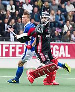 AMSTELVEEN -  Philip Meulenbroek (Kampong) met Jan de Wijkerslooth (A'dam) tijdens  de  eerste finalewedstrijd van de play-offs om de landtitel in het Wagener Stadion, tussen Amsterdam en Kampong (1-1). Kampong wint de shoot outs.   COPYRIGHT KOEN SUYK