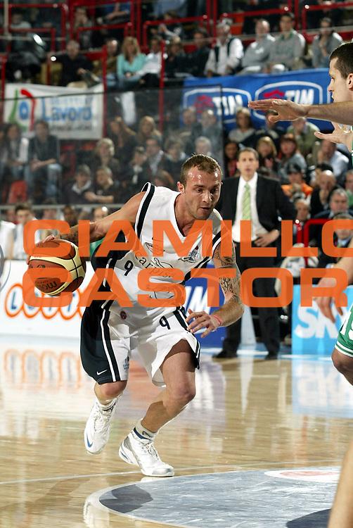 DESCRIZIONE : Forli Lega A1 2005-06 Coppa Italia Final Eight Tim Cup Benetton Treviso Carpisa Napoli<br />GIOCATORE : Spinelli<br />SQUADRA : Carpisa Napoli<br />EVENTO : Campionato Lega A1 2005-2006 Coppa Italia Final Eight Tim Cup Semifinali<br />GARA : Benetton Treviso Carpisa Napoli<br />DATA : 18/02/2006<br />CATEGORIA : Palleggio<br />SPORT : Pallacanestro<br />AUTORE : Agenzia Ciamillo-Castoria/S.Ceretti